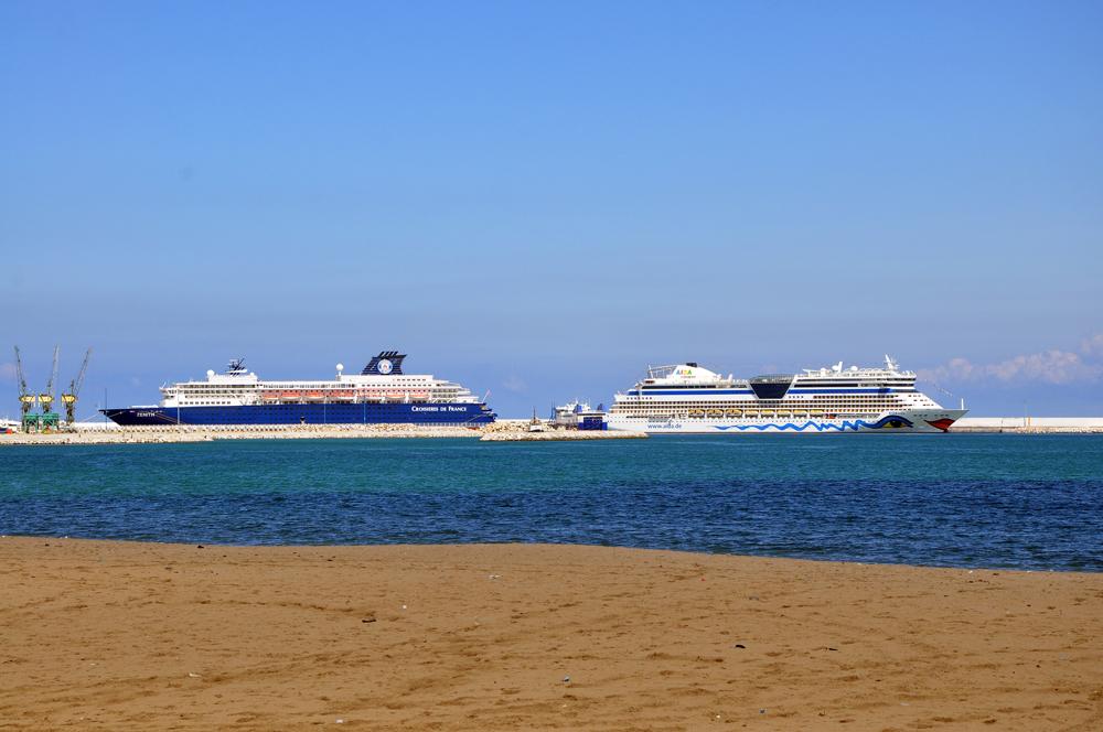 Photo de deux bateaux de croisière